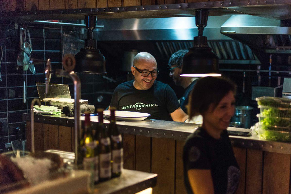 Carlos del Portillo junto a su equipo: Silvia Manzano, jefa de sala y Carlos Castellanos, en la cocina.