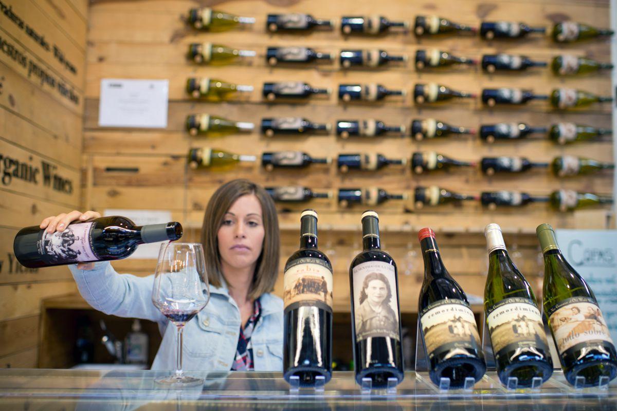 Tomarse un vino (por ejemplo, una copa de El Sentido de la vida) hará tu compra diferente.
