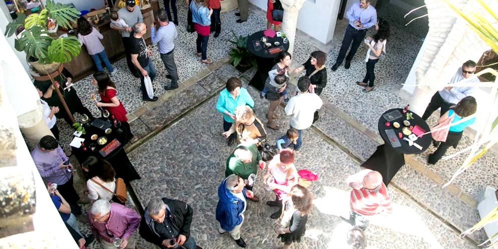 Vista desde arriba del patio lleno de gente durante una celebración