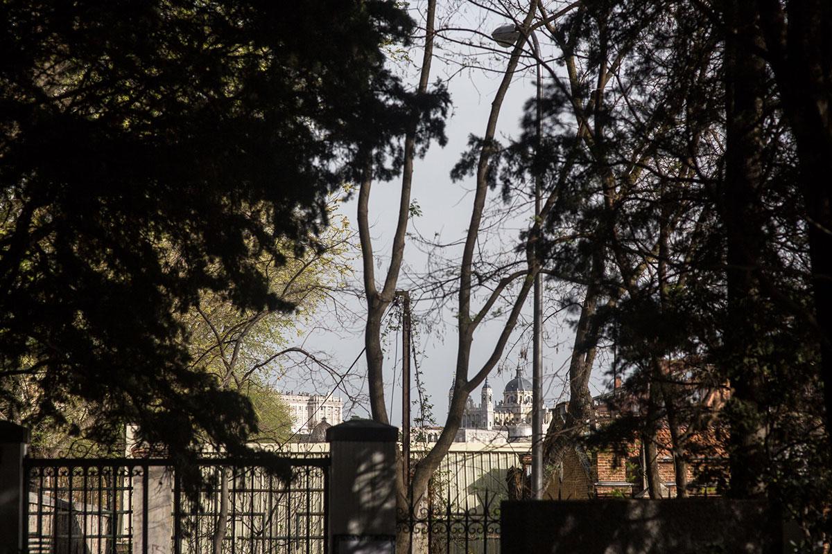 Vistas de la catedral de La Almudena desde el cementerio de La Florida, en Madrid.