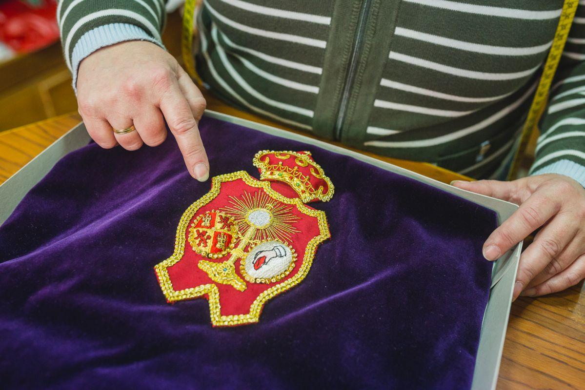 Durante el resto del año, en 'La Casa del Nazareno' se bordan a mano los escudos para los antifaces de los nazarenos.