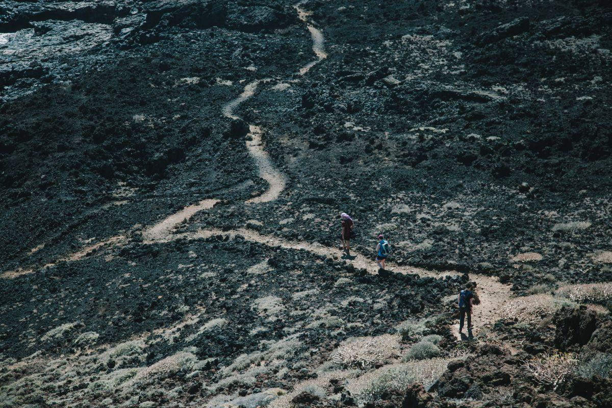 Vamos alcanzando el punto de partida por este sendero junto a la costa.
