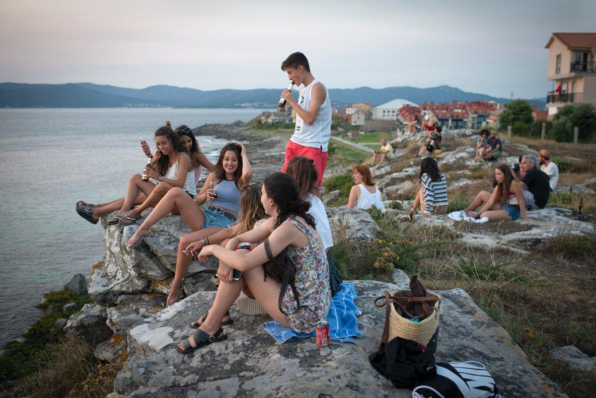 Chiringo do Fonforrón (Playa de Fonforrón): jóvenes tomando una cerveza