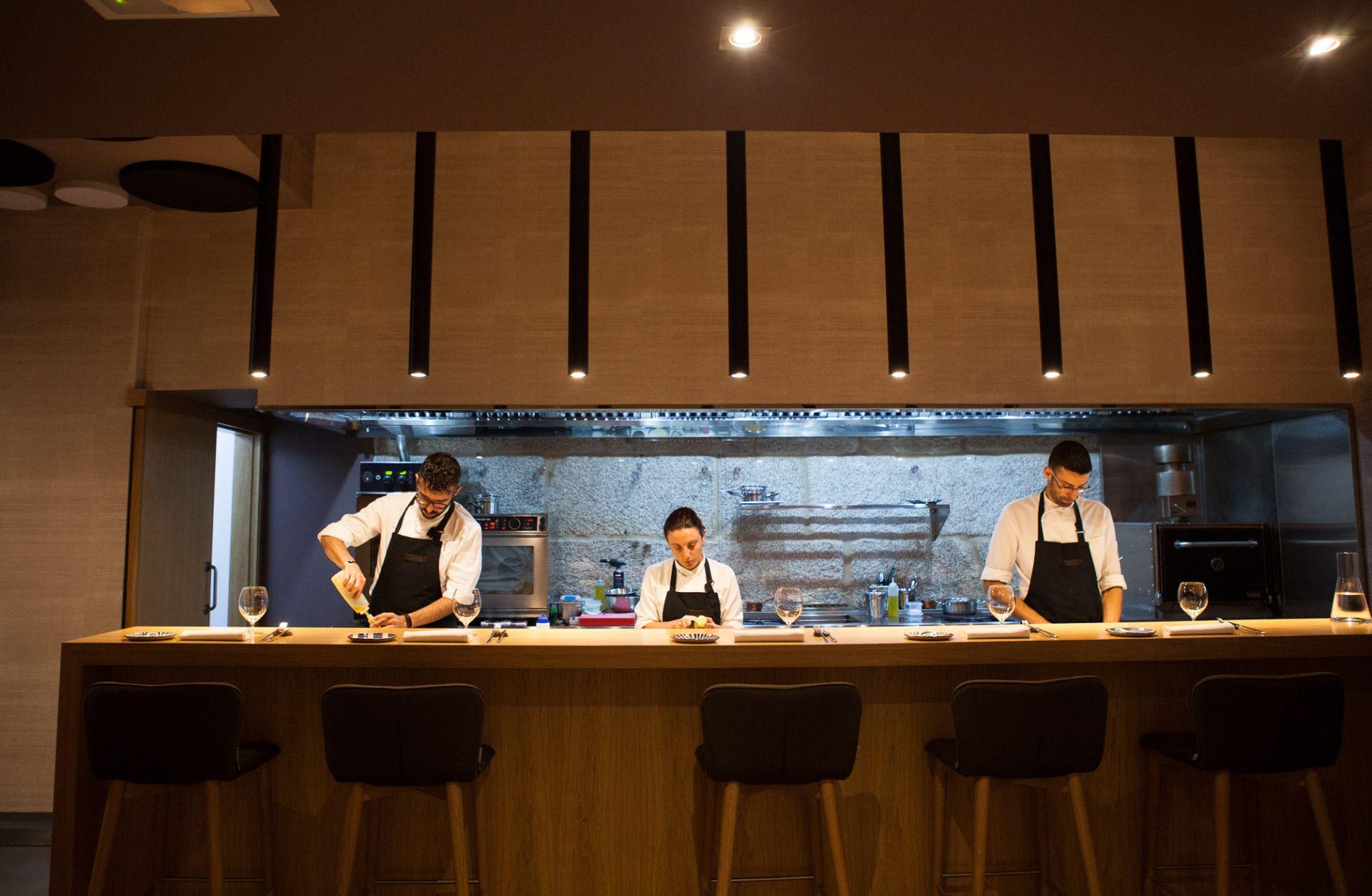 Restaurante 'Maruja Limón': barra con vistas a la cocina