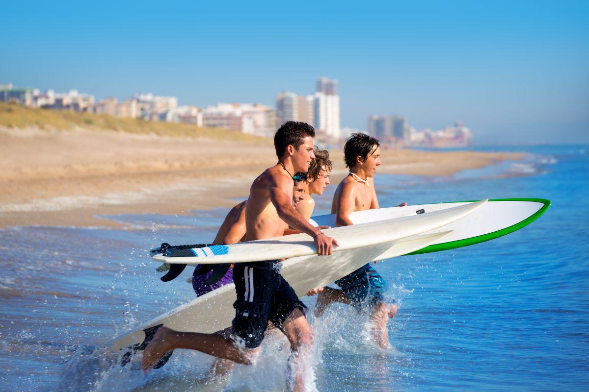 La gente joven ahora relaciona El Perelló con sus playas y no con la ruta del bakalao. Foto: Shutterstock.