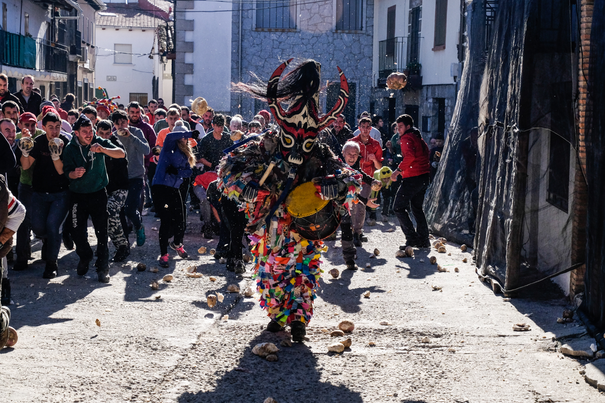 Lo más importante es que el protagonista sepa 'dar fiesta' bailando y animando pese a ser atacado.