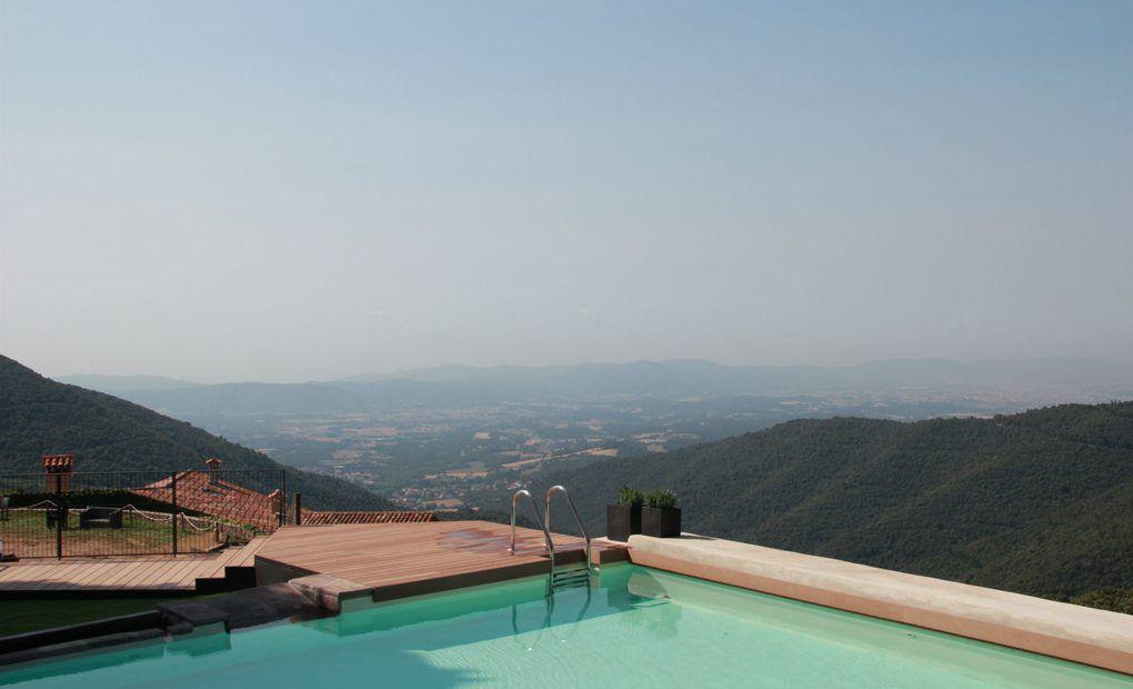 Vistas al Montseny desde la piscina de Can Cuch.