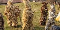 La naturaleza se despierta a la luz del Sol, que arroja a las tinieblas al próximo invierno. Los trapajones son personajes realizados con musgo, hiedra, paja, helechos, maíz, alubias. Y hojas y cortezas de árboles de la zona, como el roble, castaño, abedu