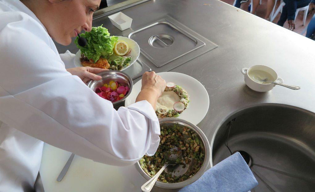 Begoña Rodrigo prepara su particular versión de la ensalada César