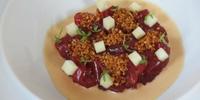 Tartar de atún de almadraba con ajoblanco de kimchi y quinoa de Diego del Río, dos Soles Repsol