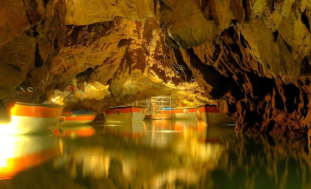 La ruta en barca es uno de los grandes atractivos de la visita al interior de la gruta