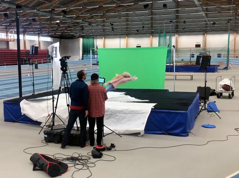 Because of the lack of snow a week before the film premiere February 4th we also had to ask the Telekonsult Arena in Växjö if we could borrow it for an hour. Here we could have actress Alma to fall and land on the Olympic and World champion Carolina Klüft's jump mattress.