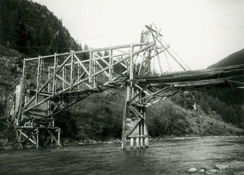 Ramosch 1940 -  La punt da la Resgia vegn fabrichada nouv