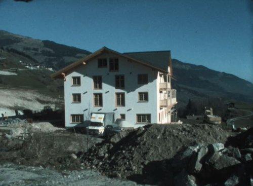 La construcziun dal hotel Ucliva a Vuorz
