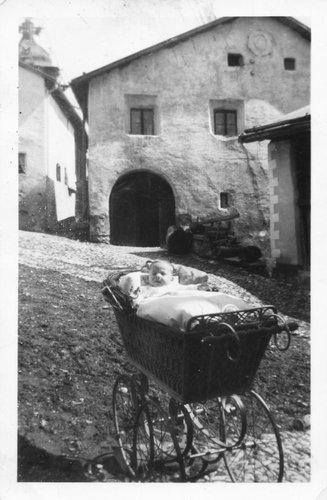 Tschlin 1935 il pop in la bella charozza.