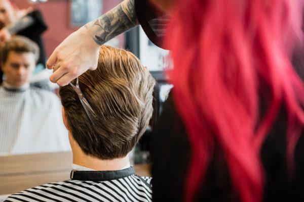 miesten hiustyylit 2020 yläbanneri