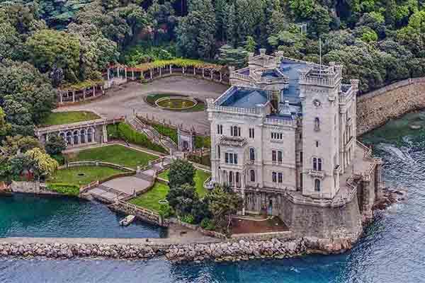 Castelli italiani Castello Miramare - I 12 Castelli italiani più belli e romantici