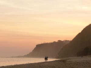 Maak een romantische wandeling langs het strand tijdens zonsondergang!