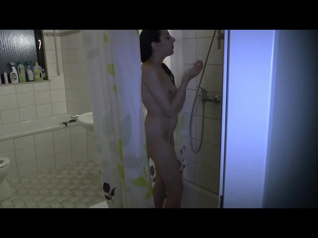 Perverser bespannt mich unter der Dusche beim fingern