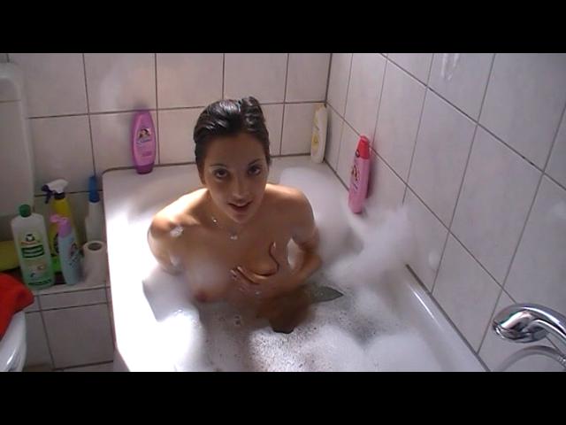 Mit dem Dildo in der Badewanne gefickt..