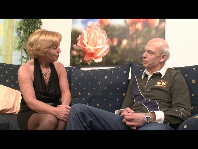 Rentnersex! Oma und Opa treiben es wild auf ihrer Couch