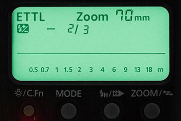 Blick auf das Display eines Aufsteckblitzgeräts mit der Blitzbelichtungskorrektur