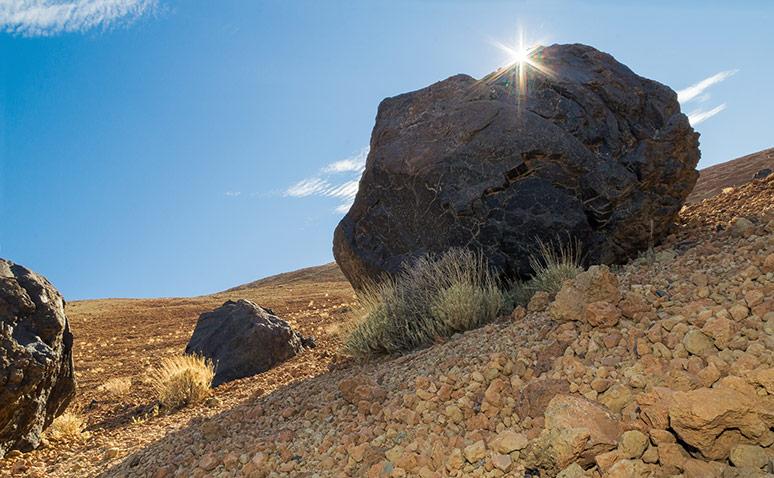 Felsbrocken im Gegenlicht, der Schatten davor per Blitz aufgehellt