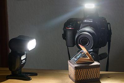 Aufbau der Kamera und des Blitzgeräts auf einem Stativ bei der Aufnahme der Streichhölzer