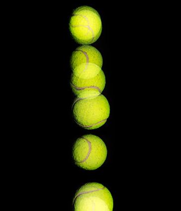 Viele Ansichten eines hüpfenden Tennisballs in einem Bild