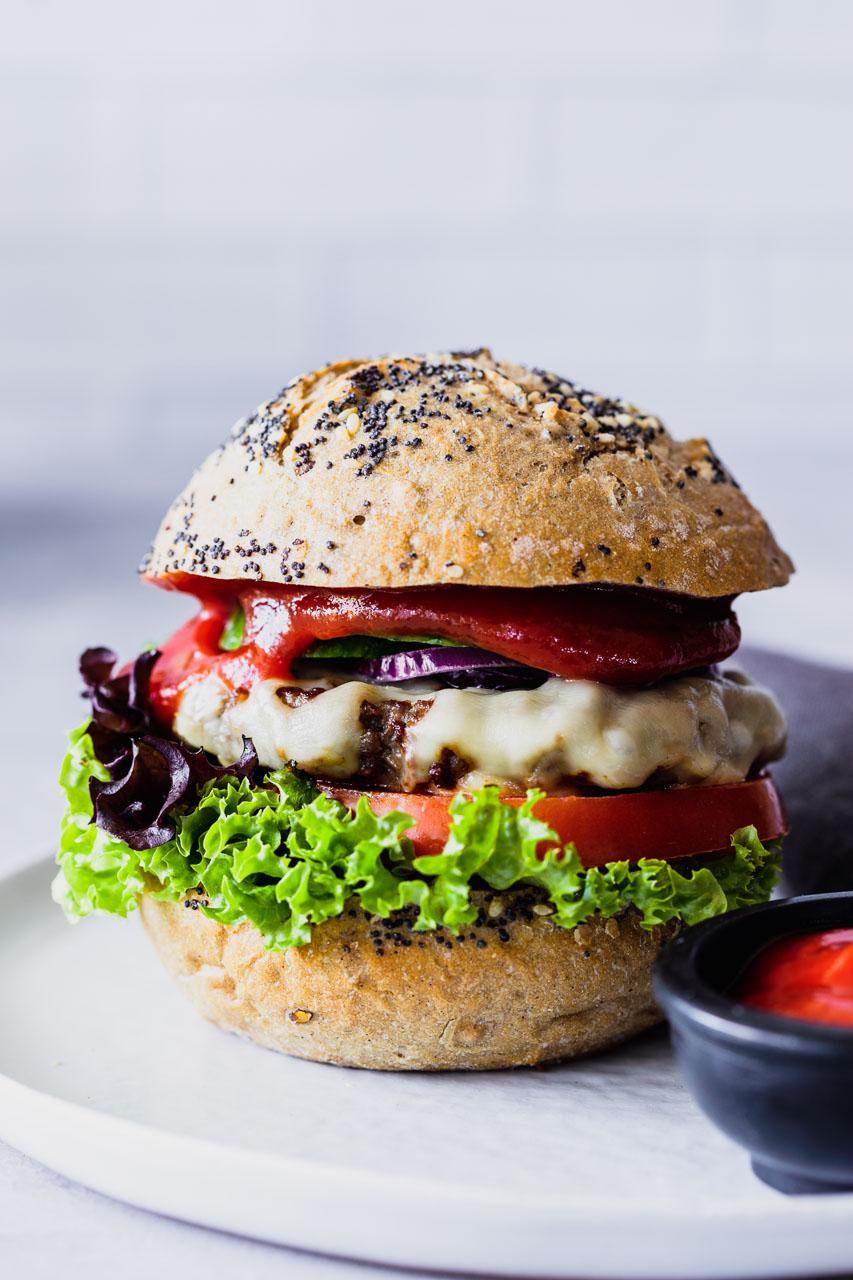 Ein leckerer Burger, professionell gestylt