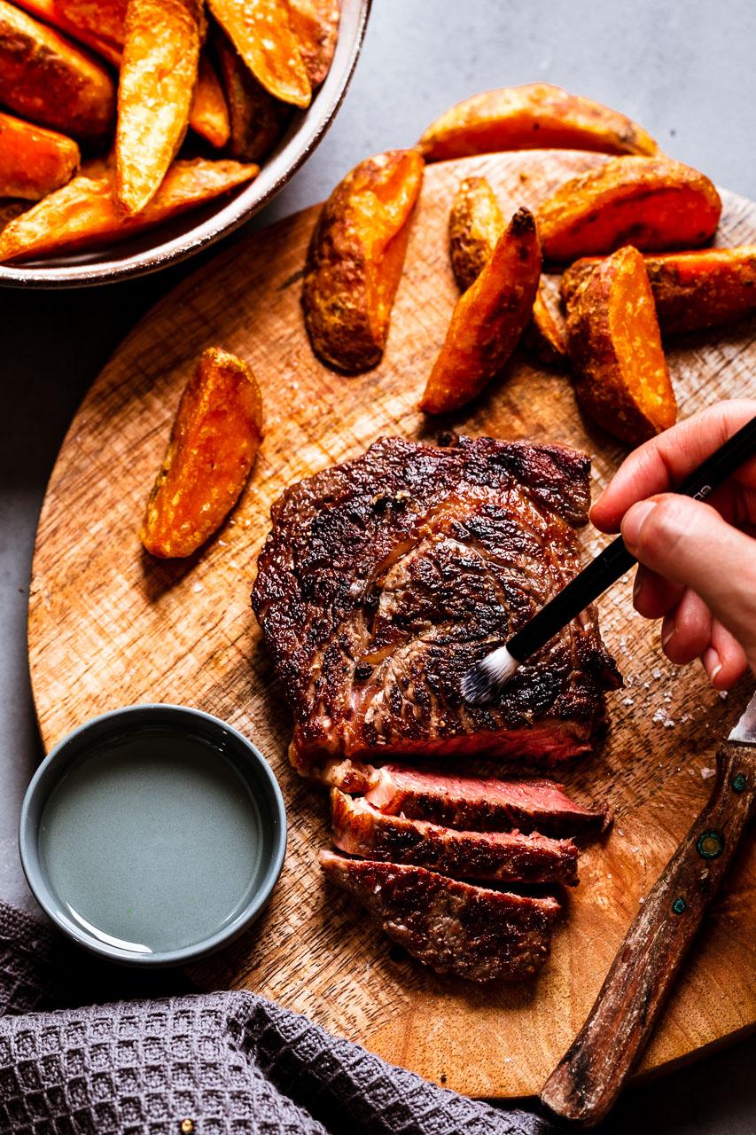 Saftiges Fleisch vom Foodfotografen angerichtet