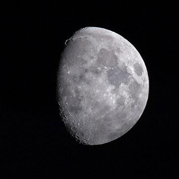 Mond mit sichtbarem Krater oben links