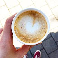 Schwarzer, schöner, heißer Kaffee, Junge!