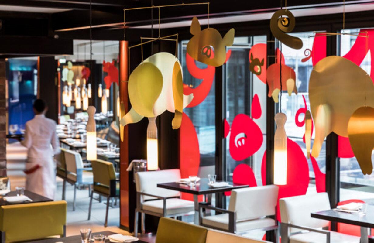 La institución de Soho y el legendario restaurante chino Yauatcha querían dar una bienvenida al Año del Cerdo. Se acercaron a nuestro hombre, Quentin Monge, con un llamamiento breve y audaz de formas abstractas que se juntan para formar la forma de nuestro amigo el cerdo. Las imágenes se utilizaron para cubrir las ventanas del restaurante de Broadwick Street y también se llevaron a la vida como animaciones de medios sociales por parte del equipo de Kilogram. Feliz año nuevo chino a todos ...  o más bien Gong Hei Fat Choi.