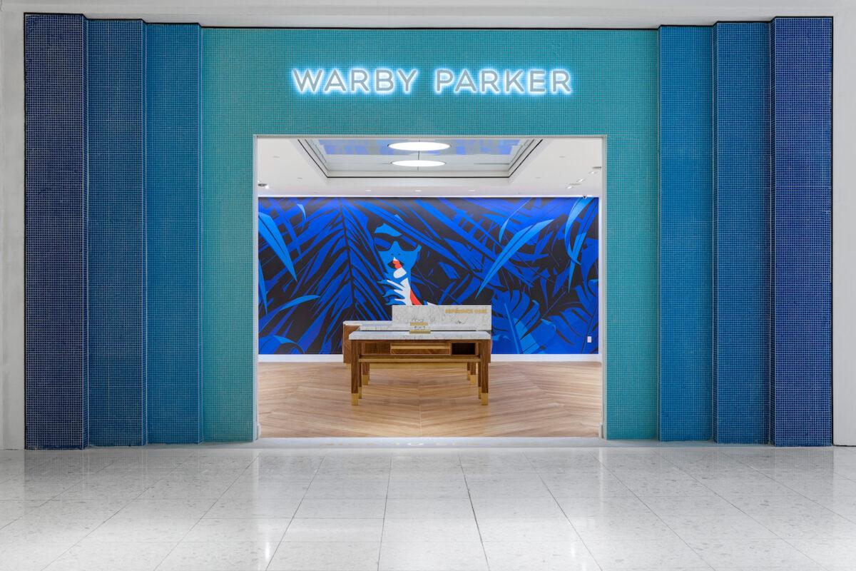 Los visitantes de la Florida nueva tienda de Warby Parker serán recibidos por una impresionante ilustración Malika Favre que abarca un total de 18 pies x 10 pies. La tienda acaba de abrir en el centro comercial Aventura, en la periferia norte de Miami. Se nos dice que las ilustraciones de Malika es un éxito a nivel local, que ya se ha añadido a los viajes de arte público en la zona.