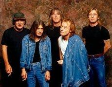 AC/DC nušluostė nosį pop muzikantams