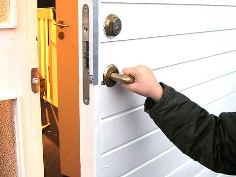 öppna (dörr)