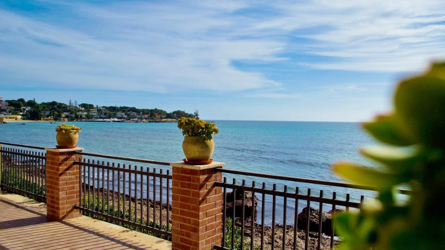 Villa with direct access to the beach and private garden Ref