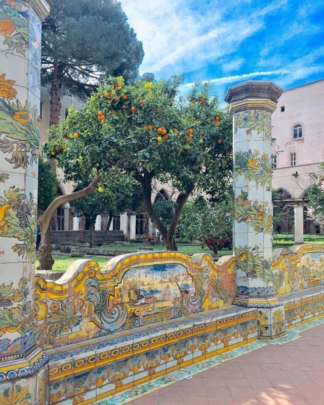Neapel und Umgebung: Majolika des Klosters Santa Chiara