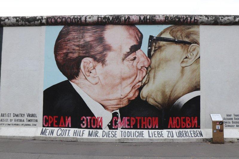 Streetart Berlin Bruderkuss East Side Gallery