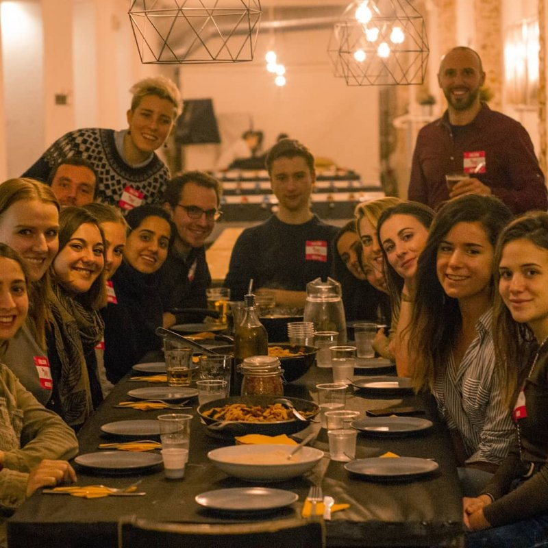 Una cena internazionale al Queen Hostel