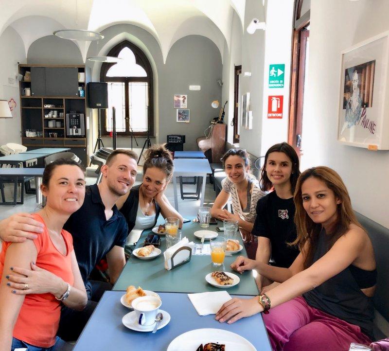 Colazione, amici e sorrisi al Babila Hostel and Bistrot