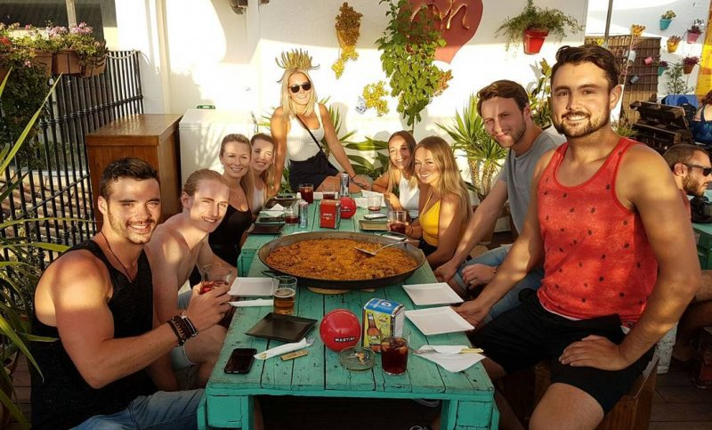Oasis Backpackers Hostel Paella Night