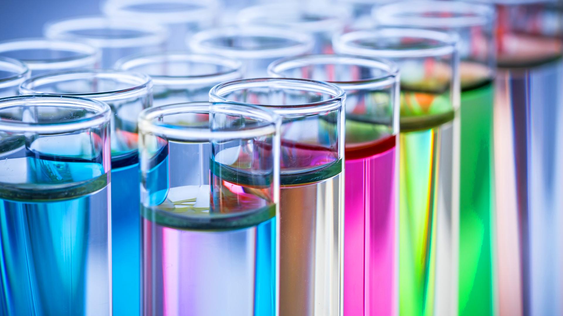 Laboratoriopulloja, joissa värikkäitä nesteitä.