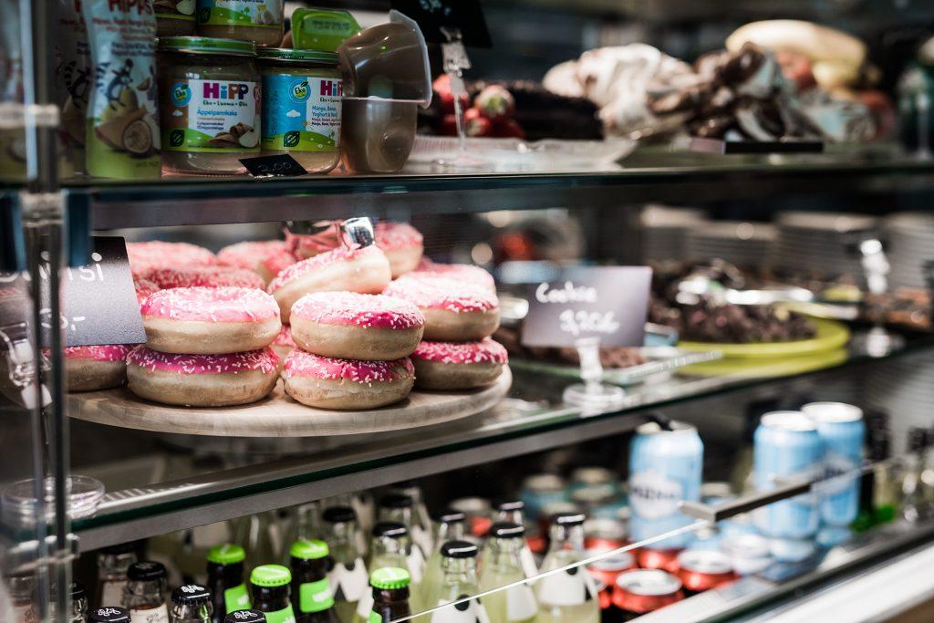 Tiederavintolan vitriinikaapissa on makeita ja suolaisia leivonnaisia sekä erilaisia juomia.