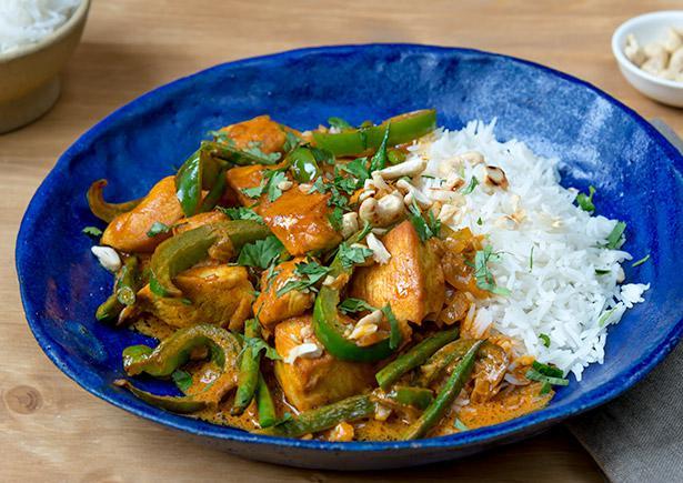 indisches korma curry verfeinert mit kokosmilch gr nen bohnen und paprika serviert auf. Black Bedroom Furniture Sets. Home Design Ideas