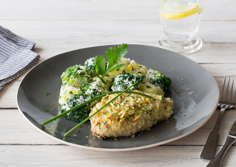 Cremig gefülltes Panko-Putenschnitzel mit lauwarmem Brokkoli-Kartoffel-Salat