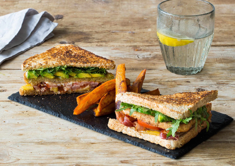 """Sandwich """"American Style"""" mit würzigen Süßkartoffel-Wedges"""