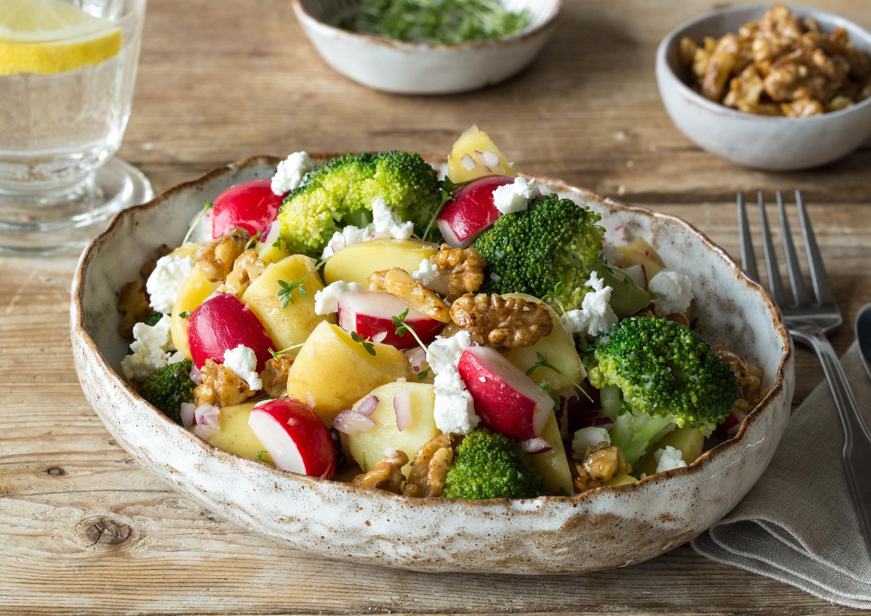 knackiger kartoffel brokkoli salat mit karamellisierten waln ssen und ziegenfrischk se rezept. Black Bedroom Furniture Sets. Home Design Ideas