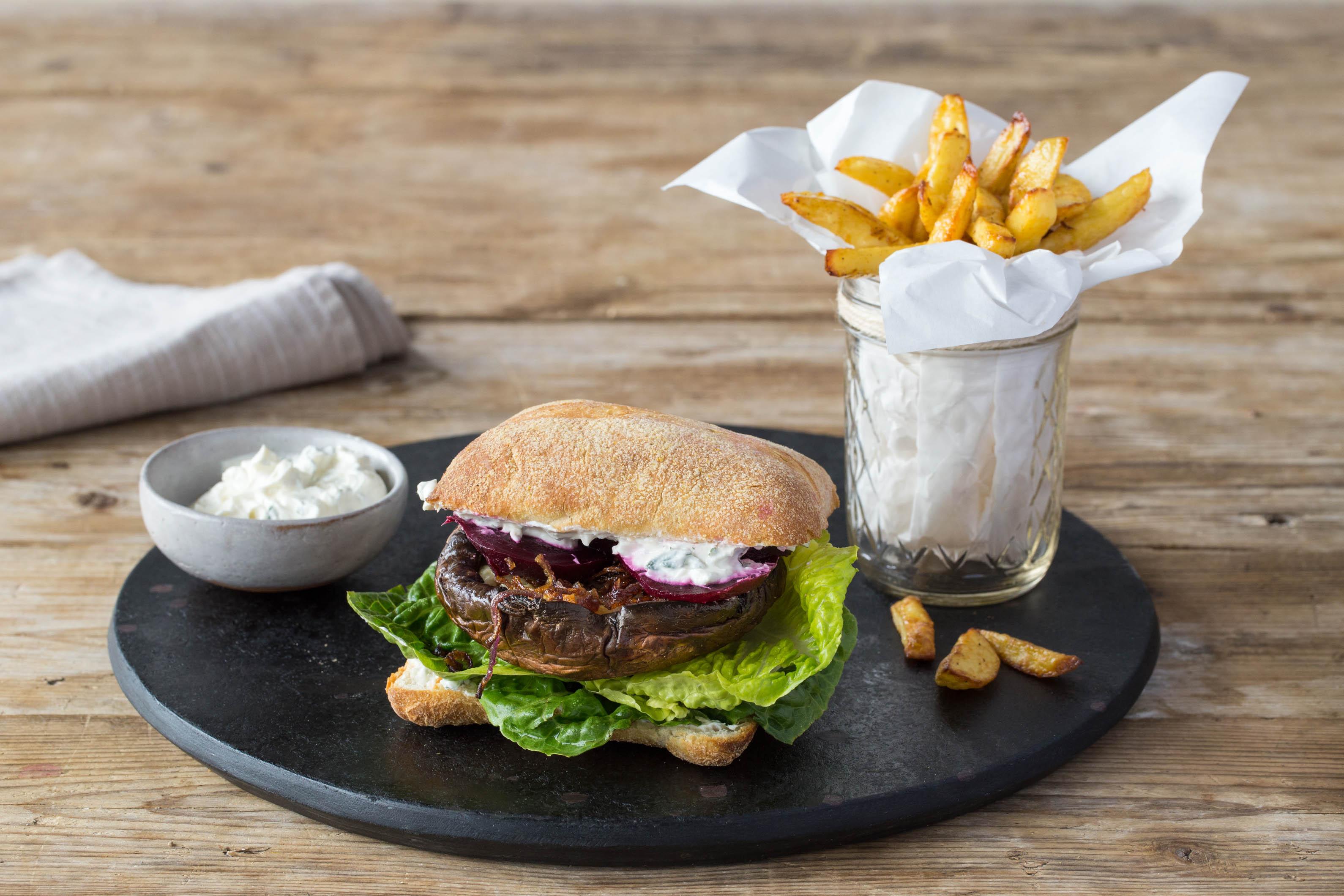 herzhaft gef llte portobello pilz burger mit ofen pommes. Black Bedroom Furniture Sets. Home Design Ideas